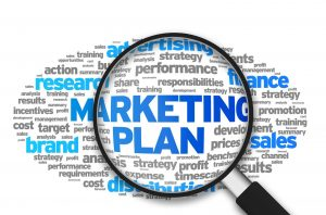 شما در مراحل قبلی به تعریف پرسونای خریداران، بررسی چرخه حیات آنان و تعریف یک پیشنهاد فروش خاص پرداخته اید، حال با استفاده از این اطلاعات میتوانید به انتخاب یک یا چند استراتژی بازاریابی بپردازید، این استراتژِی باید به گونه ای باشد که به شما کمک کند تا روی نقاط قوت شرکت خود مانور بدهید و در نهایت منجر به حرکت شما به سمت اهدافی شود که در مرحله ی قبلی برای خود تعیین کرده اید. تکنولوژِی باعث شده است که هر روزه شرکت های مختلف دسترسی راحتری به انواع استراتژی های بازاریابی داشته باشند، صرفنظر از بزرگی یا کوچکی برندی که برای آن در حال بازاریابی هستید. تنها خطر این راه که باید به آن توجه کنید این است که ممکن است به جای تمرکز بر روی اهدافی که به آنها نیاز دارید، ممکن است به دنبال اهداف خیالی یا بیش از حد بلندپروازانه حرکت کنید. برای جلوگیری از این اتفاق، به نقشه ی راهی که به اهدافتان منجر میشود تمرکز کنید، این کار به همراه توجه به نقشه ی محتوایی ای که بر اساس پرسونای خریداران خود آماده کرده اید، به شما کمک خواهد کرد که به جای تمرکز بر حواشی، به دنبال اهداف اصلی خود بروید. پلن مارکتینگ راهنمای نوشتن یک برنامه بازاریابی-قسمت سوم 2 300x198