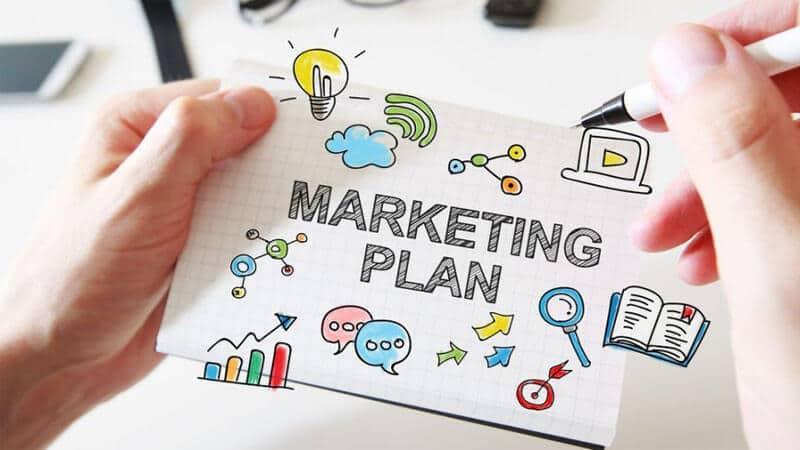 رقبای مستقیم خود را به طور دقیق مورد بررسی قرار دهید، کسانی که در حال رفع مشکلات و ارائه خدماتی هستند که شما در حال رفع یا تامین آنان در همان بازار یا بازار مشابه هستید و سپس به آنالیز سوال های زیر بپردازید: ویژگی های محصولشان استراتژی قیمت گذاری آنان استراتژی های بازاریابی آنان کانال ها و روش های پخش محصولات یا خدمات محصولات و سرویس هایی که به مشتریان خود پیشنهاد میدهند از آنجایی که بسیاری از شرکت ها، کار بازاریابی خود را به دپارتمان بازاریابی داخلی خود میسپارند و اکثرا نیز از بازاریابی محتوایی استفاده میکنند، شما باید به دقت به بررسی فعالیت رقبای خود بپردازید یا اصطلاحا از آنها جاسوسی کنید. این کار به شما کمک میکند تا کلمات و جملات کلیدی ای را که مخاطبین هدف شما بیشتر از بقیه آن را سرچ میکنند شناسایی کنید و همچنین با نحوه ی نگارش محتواهایی که پاسخ های مثبت دریافت میکنند نیز آشنا شوید. علاوه بر موارد بالا، اطلاع از نحوه و استراتژی های رقبایتان به شما کمک میکند تا بتوانید خود را نسبت به سایرین فعالین حوزه ی خود، متفاوت کنید. برای یک استراتژی موفق، باید ترکیبی از کارهای پرطرفدار که دیگر شرکت ها مشغول به انجام آن هستند و کارهای خلاقانه ای که توسط شرکت دیگری انجام نمیشود را انجام بدهید. یادداشت ها یادداشت ها marketing plan training1