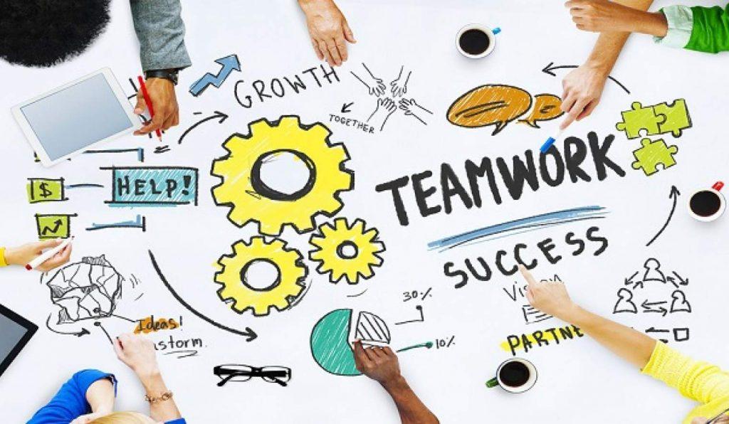 در این مقاله به تعریف نقش SPOA میپردازیم، همه میخواهند که کار بیشتری را در زمان کمتری انجام بدهند، ولی وقتی که نیاز به همکاری باشد، معمولا مشکلات یکسانی برای همه پیش می آید: سردرگمی در مورد اینکه چه کسی مسئول چه فعالیتی است، اصطکاک بین تیم ها و یا دپارتمان های دخیل در پروژه و یا اینکه برخورد به یک مشکل جزئی باعث توقف کل پروژه میشود. یک شرکت خدمات ملک در آمریکا راهکاری برای این مشکل ارائه میدهد که نام آن را Single Point of Accountability و یا SOPA گذاشته است که ترجمه کلمه به کلمه آن نقطه یکتا مسئولیت میباشد. SPOA چگونه کار میکند؟ برای هر پروژه ای که نیاز به همکاری چندین تیم دارد، یک نفر به عنوان SPOA مشخص میشود. این فرد مسئول پیشبرد آن پروژه، رفع مشکلات، رفع ابهام و تفویض وظایف است. البته او مجبور نیست کل پروژه را خودش انجام بدهد، اما باید اطمینان حاصل کند که این پروژه انجام میشود و مسئولیت های همه مشخص است. همچنین وقتی کسی نیاز به بروزرسانی و یا آپدیت در مورد پروژه دارد، SPOA شخصی است که باید به سوال های او پاسخ دهد. نقطه یکتا مسئولیت و یا sopa -روشی برای همکاری نقطه یکتا مسئولیت و یا SOPA -روشی برای همکاری teamworkteamw 1024x596