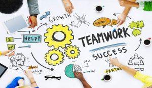 در این مقاله به تعریف نقش SPOA میپردازیم، همه میخواهند که کار بیشتری را در زمان کمتری انجام بدهند، ولی وقتی که نیاز به همکاری باشد، معمولا مشکلات یکسانی برای همه پیش می آید: سردرگمی در مورد اینکه چه کسی مسئول چه فعالیتی است، اصطکاک بین تیم ها و یا دپارتمان های دخیل در پروژه و یا اینکه برخورد به یک مشکل جزئی باعث توقف کل پروژه میشود. یک شرکت خدمات ملک در آمریکا راهکاری برای این مشکل ارائه میدهد که نام آن را Single Point of Accountability و یا SOPA گذاشته است که ترجمه کلمه به کلمه آن نقطه یکتا مسئولیت میباشد. SPOA چگونه کار میکند؟ برای هر پروژه ای که نیاز به همکاری چندین تیم دارد، یک نفر به عنوان SPOA مشخص میشود. این فرد مسئول پیشبرد آن پروژه، رفع مشکلات، رفع ابهام و تفویض وظایف است. البته او مجبور نیست کل پروژه را خودش انجام بدهد، اما باید اطمینان حاصل کند که این پروژه انجام میشود و مسئولیت های همه مشخص است. همچنین وقتی کسی نیاز به بروزرسانی و یا آپدیت در مورد پروژه دارد، SPOA شخصی است که باید به سوال های او پاسخ دهد. نقطه یکتا مسئولیت و یا sopa -روشی برای همکاری نقطه یکتا مسئولیت و یا SOPA -روشی برای همکاری teamworkteamw 300x174